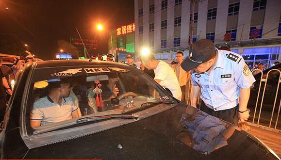 北京夜查黑车司机 执法者用锤破窗