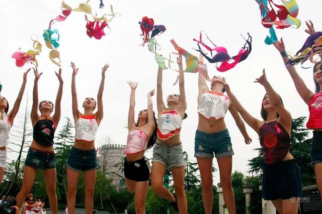 杭州女性抛胸罩呼吁关注乳腺健康,姚贝娜曾为其代言