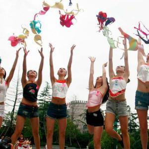 女性抛胸罩呼吁关注乳腺健康,姚贝娜曾代言