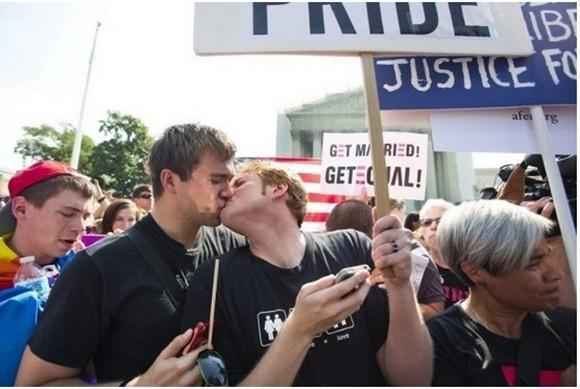 美国同性婚姻合法化民众沸腾 信息量太大。