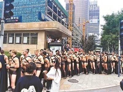 """北京街头:""""斯巴达勇士""""不敌民警 实为商家营销"""