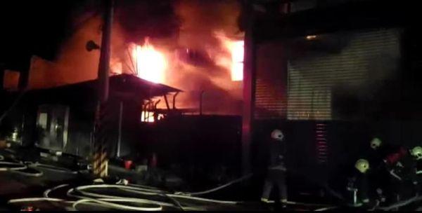 新北物流仓库着大火 燃烧猛烈 浓烟密布