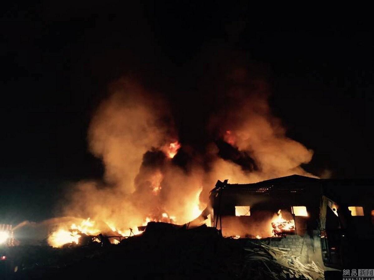 黄岛仓库起火,连烧7小时  现场图