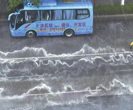 天津下雨满街神秘气泡 曝现场记者有中毒感
